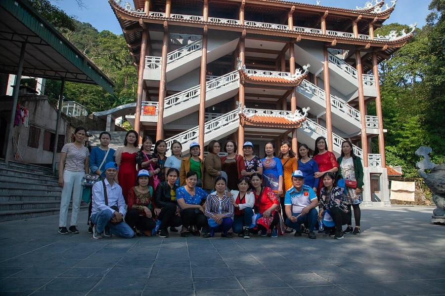 Đoàn check in tại khu đền Mẫu