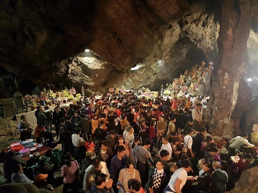 Hội chùa Hương thu hút rất nhiều du khách trong nước và quốc tế