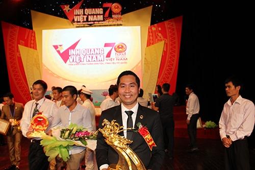 Doanh nhân Nguyễn Bá Toàn đã được Thủ tướng chính phủ Nguyễn Tấn Dũng trao tặng tượng vàng Thánh Gióng nhân dịp kỷ niệm 70 năm quốc khánh Việt Nam