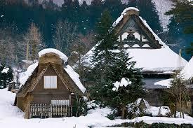 Tuyết bao phủ trắng xóa trên nóc nhà gassho-zukuri