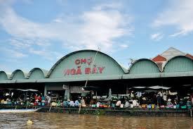 Chợ nổi Phụng Hiệp nằm bên dòng kênh ngã Bảy