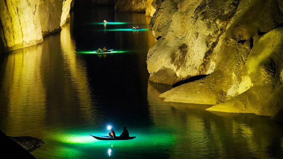 Khám phá dòng sông tuyệt đẹp trong hang