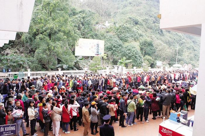 Người dân đi lễ chuà Hương đông đúc