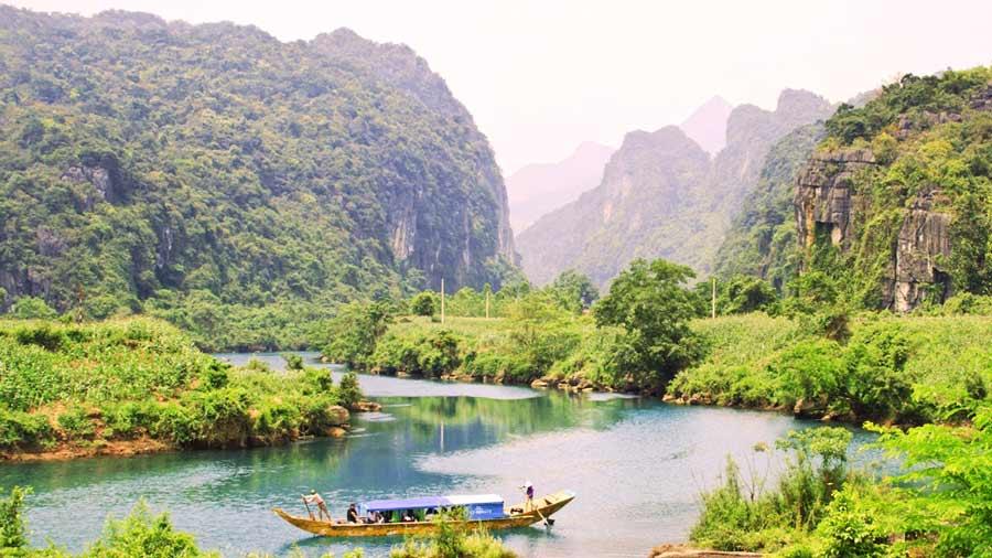 Dòng sông xanh mát, hiền hòa