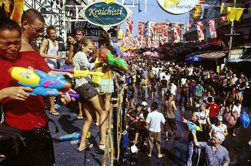 Hòa mình vào lễ hội té nước Songkran thú vị tại Thái Lan.