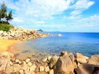 Những bãi đá nhô lên hoàn toàn tự nhiên tại biển Thiên Cầm mang lại nét đẹp độc đáo không đâu có được