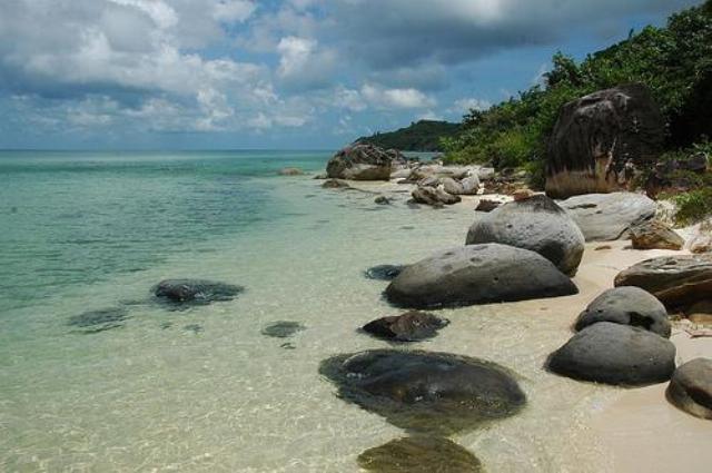Đến với bãi biển Thên Cầm quý khách được thả mình trong làn nước trong xanh của biển