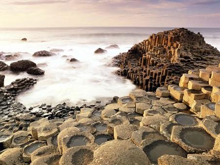 các bậc đá hình trụ đẹp mắt.