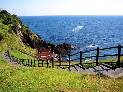 Đứng trên đảo nhìn ra biển.