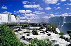 Thác Iguazu như một dải mây trắng.