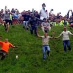 Lễ hội kỳ quái đuổi pho mát lăn ở Anh