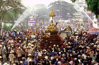 Lễ hội té nước Songkran của người Thái