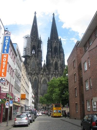 nhà thờ chụp tứ một góc nhìn.