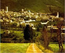 Thị trấn được xây dựng dựa vào sườn núi.