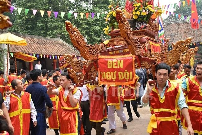 Kiệu rước trong lễ hội Đền Và