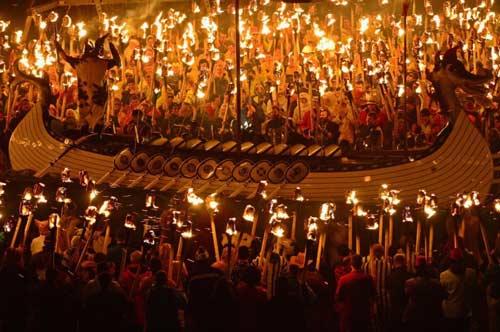Ở lễ hội Up Helly Aa, một chiếc thuyền dài của cướp biển Viking sẽ bị đốt cháy