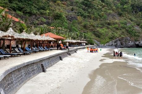 Tắm biển ở bãi tắm Cát Cò đảo Cát Bà