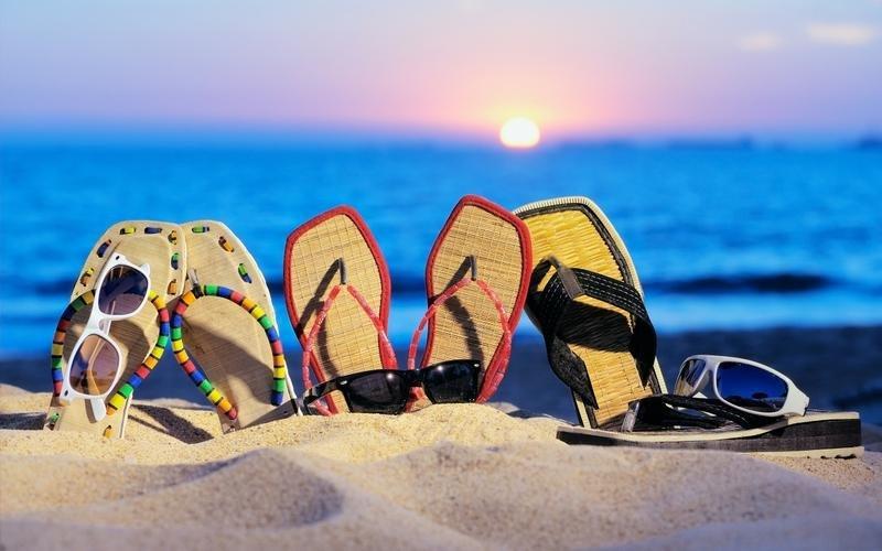 Những đôi dép xỏ ngón là thích hợp nhất cho những chuyến du lịch biển