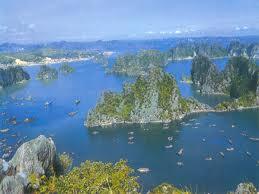 Đến bới Vịnh Hạ Long, bạn như lạc vào một mê cung của các hòn đảo.