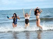 Đắm mính trong làn nước trong xanh và vui đùa thỏa thích với biển Hải Hòa.