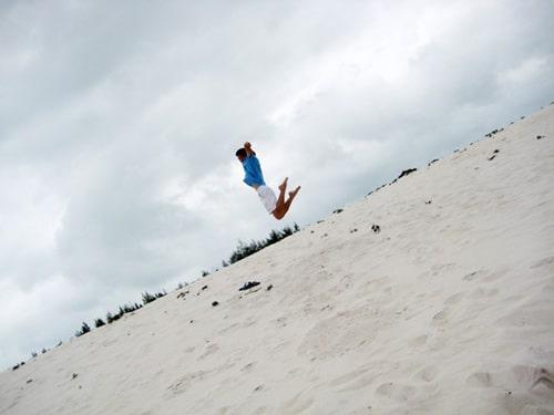 Khách du lịch nhảy cát ở Quan Lạn