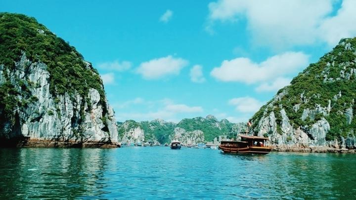 Vẻ đẹp đầy thơ mộng của vịnh Lan Hạ Cát Bà