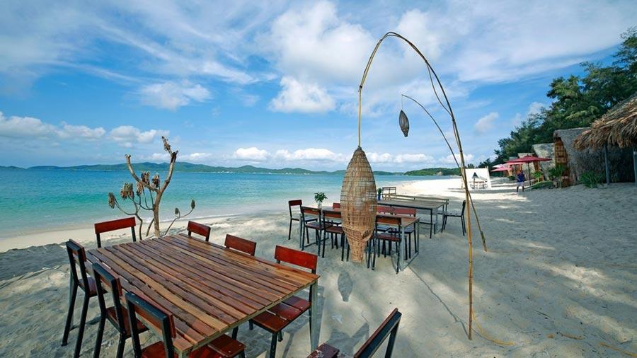 Biển Cô Tô hút hồn khách du lịch bởi trời xanh, cát trắng, nắng vàng dịu êm