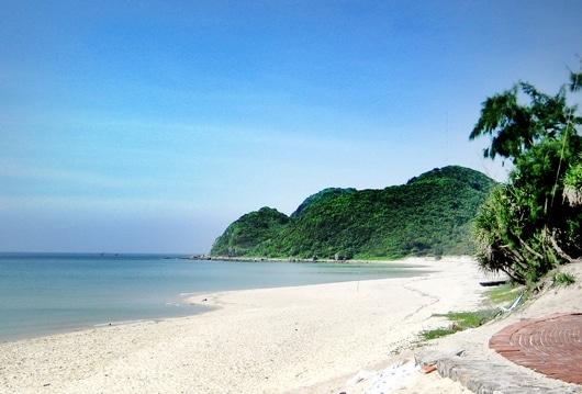 Vẻ đẹp hoang sơ của bãi biển Sơn Hào