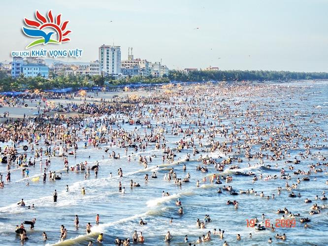 Bãi biển Sầm Sơn đông đúc đến ấn tượng