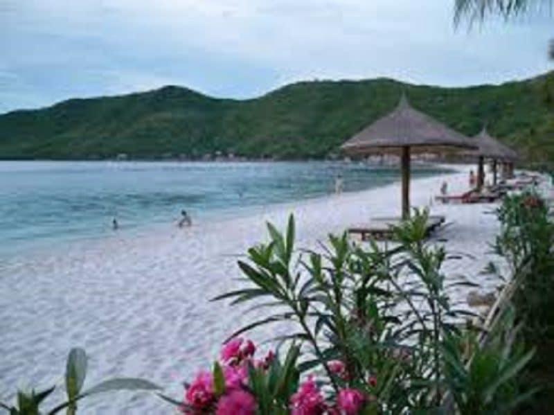 Bãi biển cát trắng mịn màng và thơ mộng