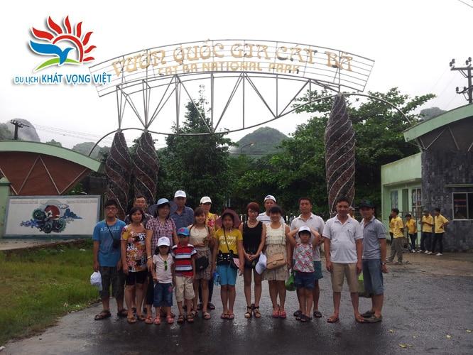 Đoàn chụp ảnh tại cổng vườn quốc gia Cát Bà