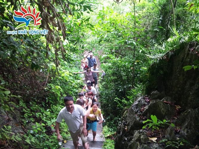 Đoàn đang leo núi thăm rừng quốc gia Cát Bà