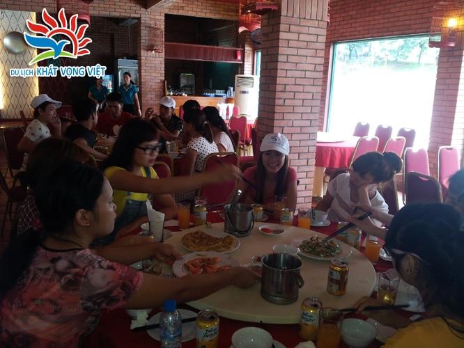 Bữa trưa rất ngon và vui vẻ của đoàn
