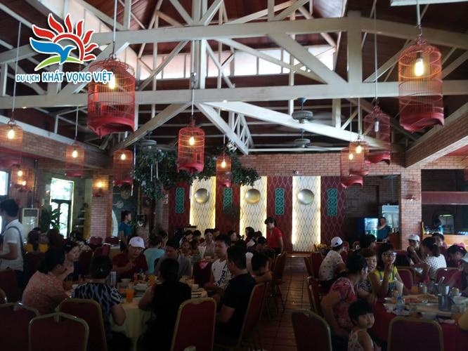 Đoàn ăn trưa tại nhà hàng
