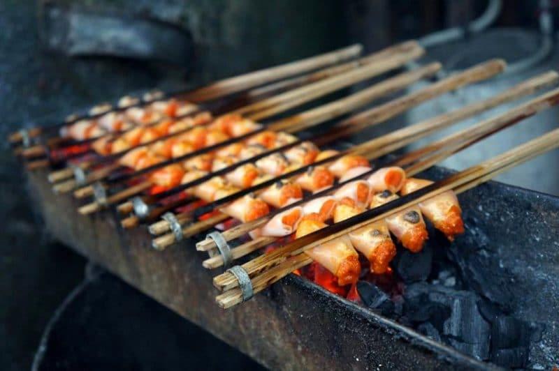 Chả tôm Sầm Sơn được kẹp vào nẹp tre và nướng trên bếp than hồng