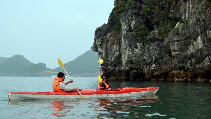 Chèo thuyền kayak là một trải nghiệm thú vị mà du khách không nên bỏ qua khi du lịch Cát Bà