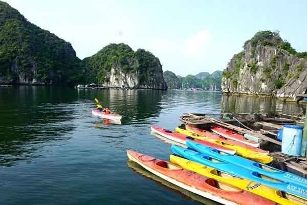 Chèo thuyền kayak trên vịnh Lan Hạ - bạn có muốn thử?