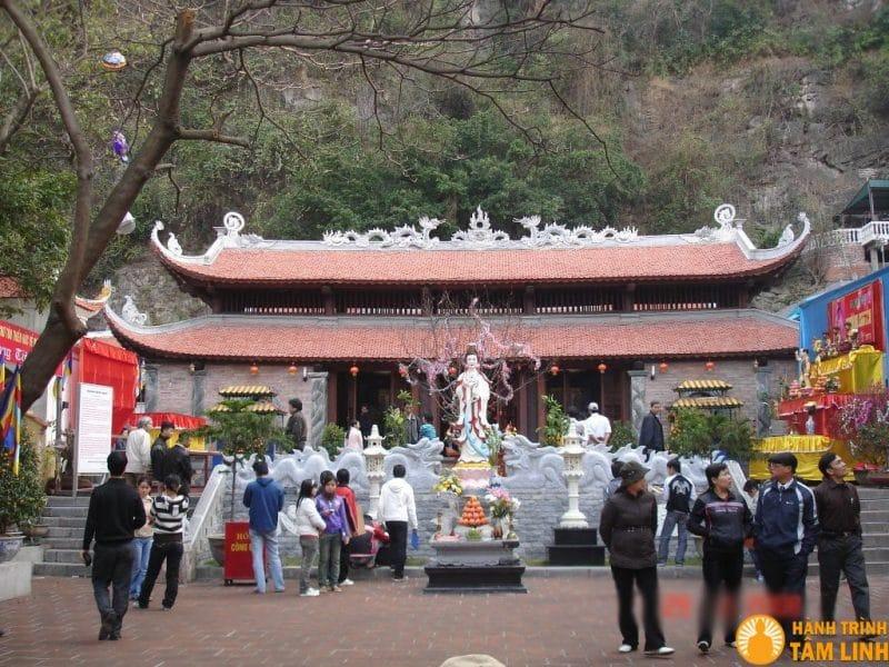 Chùa Long Tiên tọa lạc ngay dưới chân núi Bài Thơ