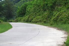 Con đường uốn lượn quanh co ở Quan Lạn