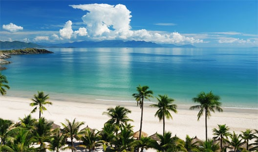 Bãi biển Nha Trang trong xanh ngày nắng