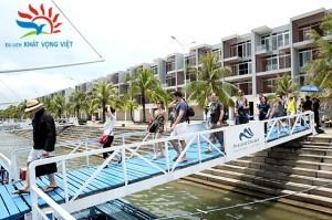 Khách du lịch nước ngoài tại cảng Tuần Châu