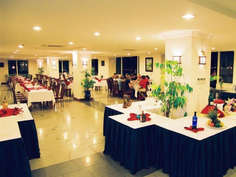 Nhà hàng Red Sail - nơi đem đến cho Quý khách những món ăn hấp dẫn Á-Âu, cũng như đặc sản đảo Cát Bà