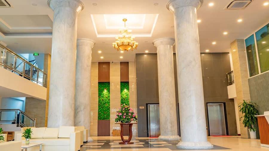 Không gian khách sạn được bao phủ bởi thiết kế sang trọng mà lịch sự