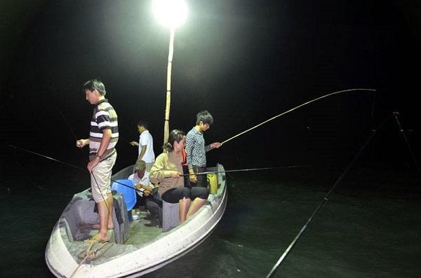 Mỗi thuyền câu mực ban đêm có mức giá cho thuê khoảng 500 nghìn đồng cho nhóm từ 4 - 5 người