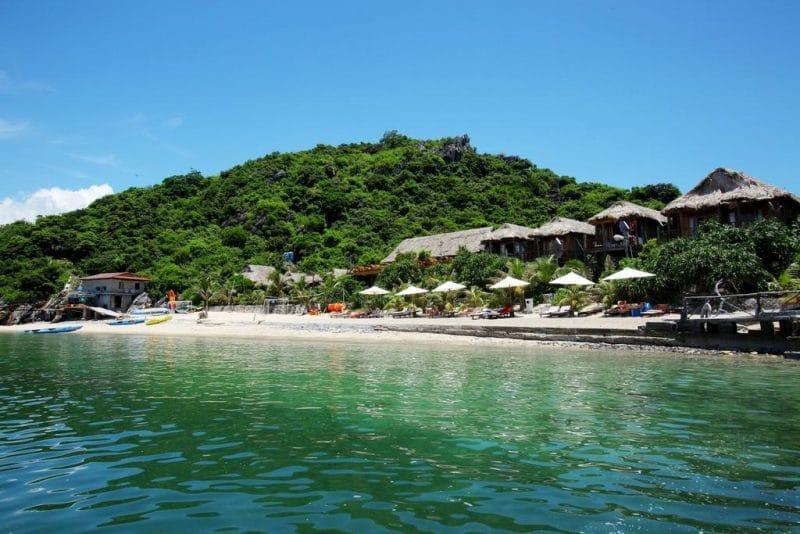 Monkey Island Resort nằm ngay bên bãi Cát Dứa xinh đẹp