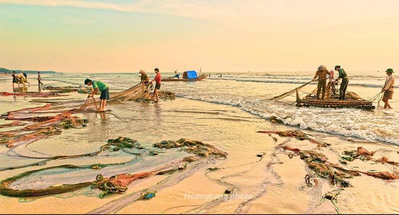 Người dân kéo lưới trên biển Hải Hòa