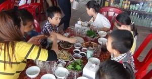 Khách ăn uống tại nhà hàng Hiền Lan - Cửa Lò
