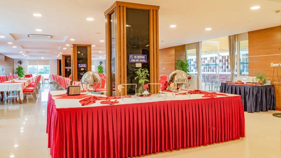 Nhà hàng tại khách sạn phục vụ đầy đủ các món Á - Âu