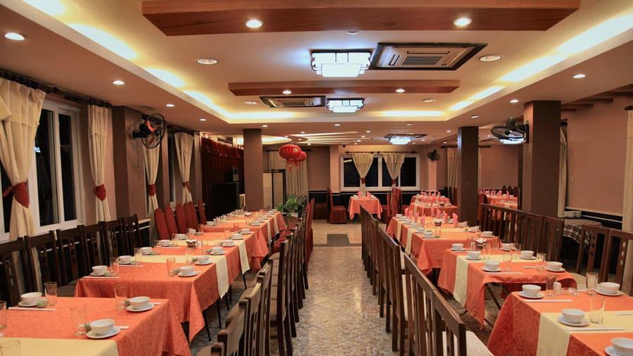 Phòng ăn khách sạn rộng rãi, sang trọng