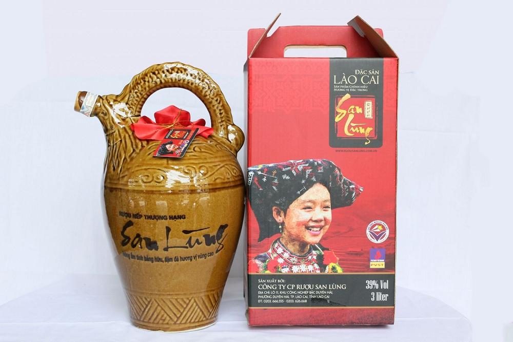 Nhiều du khách chọn rượu San Lùng làm món quà cho người thân, bạn bè sau chuyến du lịch Sapa